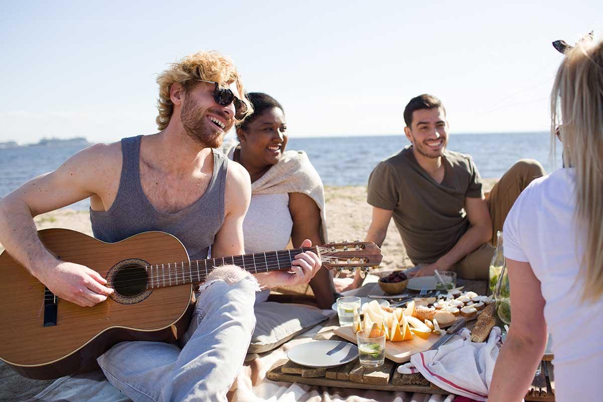 Aktiv im Alter: mit Hörgeräten am Strand